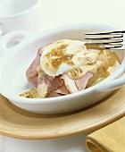 Egg benedict (pochierte Eier auf Brot mit Schinken & Sauce)