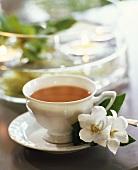Eine Tasse Tee mit Glockenblumenblüten