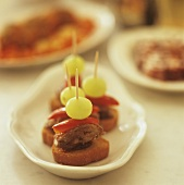 Appetisers with chicken liver, peppers and grapes