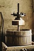 Alte Weinpresse aus Holz, Loire-Tal, Frankreich