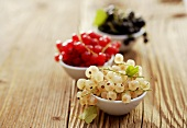 White-, red- and blackcurrants in small bowls
