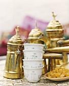 Stillleben mit arabischer Teekanne und Teetassen