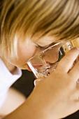 Kind trinkt aus einem Glas Wasser