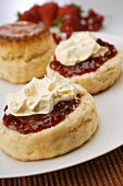 Scones (Teegebäck, England) mit Marmelade und Clotted Cream