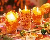 Tischdeko mit adventlich dekorierten Windlichtern