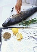 Preparing salmon cooked in aluminium foil