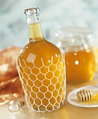 Eine Flasche Honiglikör