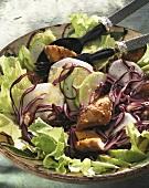 Bunter Salat mit geräucherter Makrele