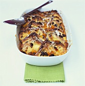 'Log pyre' (Bread & butter pudding with apple & raisins)