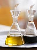 Zwei Flaschen mit Olivenöl und Balsamicoessig