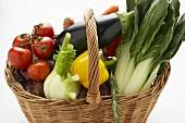 Bunt gemischter Gemüsekorb