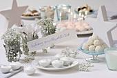 Gedeckter Tisch zum 'Schneeball-Fest'