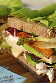 Sommer-Sandwich mit Krabbencocktail und gebratenem Gemüse