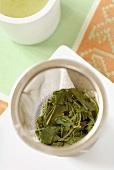 Grüner Tee nach Aufguss im Sieb