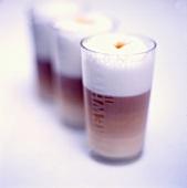 Milchkaffee in drei Gläsern