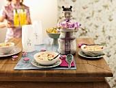 Kokosuppe mit Ingwer-Garnelen auf asiatisch gedecktem Tisch