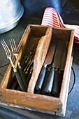 Besteckkasten aus Holz mit Messer und Gabel
