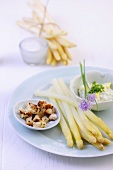 Cold asparagus with chive-quark