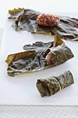 Dolmades zubereiten: Weinblätter aufrollen