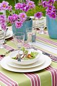 Sommerlich gedeckter Tisch mit Salat