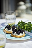 Tartlet with goat's cheese and blackberries