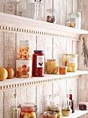 Vorratsregal mit Einmachgläser und Obstdosen