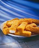 Fischstäbchen auf einer weißen Platte