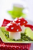 Fliegenpilze aus gekochten Eiern und Tomaten