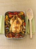 Ganzes Hühnchen mit Gemüse und Kräutern geschmort