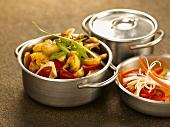 Gemischtes Gemüse in Töpfen (Indien)