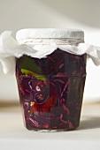 Eingemachter Rotkohl in einem Schraubglas