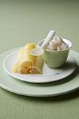Mit Litschis gefüllte Ananans-Röllchen und Bananen-Granite