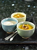 Coconut- and curry soup in bowls on a tray
