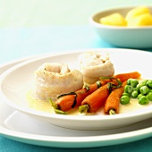 Sole rolls with carrots and peas