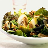 Salad leaves with figs and walnuts (autumnal)