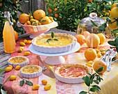 Mehrere Blätterteig-Tarts mit Zitrusfrüchten im Freien
