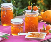 Drei Einmachgläser mit Orangenmarmelade