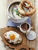 Weisswurst in cooking liquid, pretzel, mustard pot, Strammer Max
