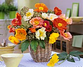 Blumenstrauss aus Islandmohn, Skimmia in einem Weidenörbchen