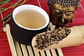Getrocknete Braunellen-Aehren mit einer Tasse Tee
