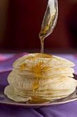 Beghrir mit Honig übergiessen (Pfannkuchen, Marokko)