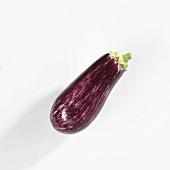 Eine violett-weiss gestreifte Aubergine