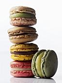 Bunte Macarons, gestapelt (französisches Kleingebäck)