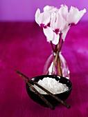 Eine Schale mit Reis und Essstäbchen, Blumenvase