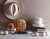 Edles, englisches Stillleben mit Brot, Käse, Hut
