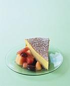 Ein Stück Olivenöl-Sauternes-Kuchen mit Melonen-Traubensalat