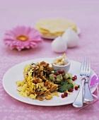 Hähnchen-Reis mit Mandeln und Gurken-Granatapfelkern-Salat