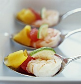 Prawns with lime, grapefruit and mango on spoons