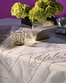 Table in white and silver with floral decoration