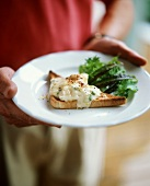 Cheese and leeks on toast with salad leaves